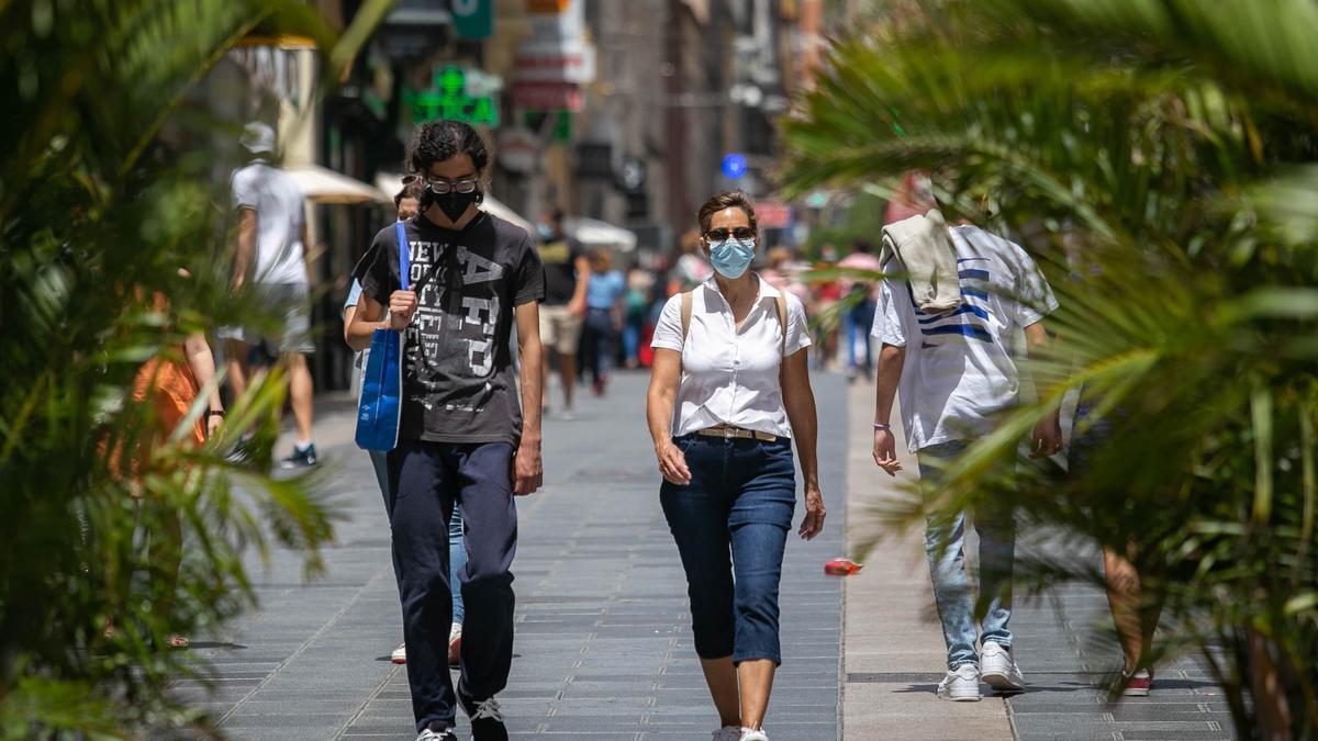 Una pareja con mascarilla pasea por el centro de Santa Cruz.