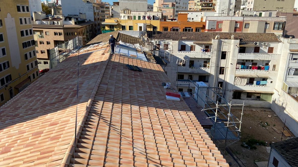 En una primera fase se han sustituido las cubiertas del edificio.