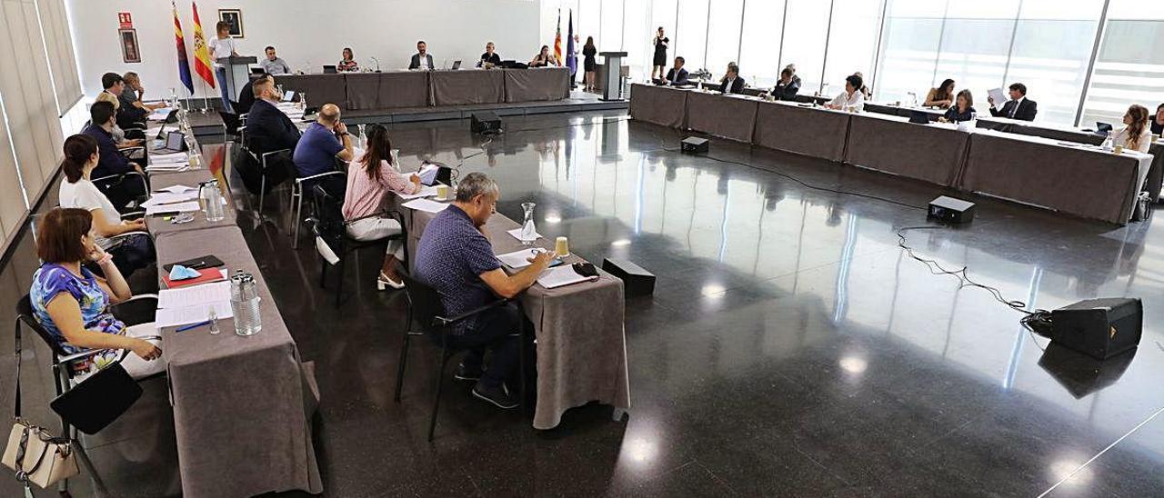 El pleno de Elche se celebró ayer de forma inédita en el Centro de Congresos.