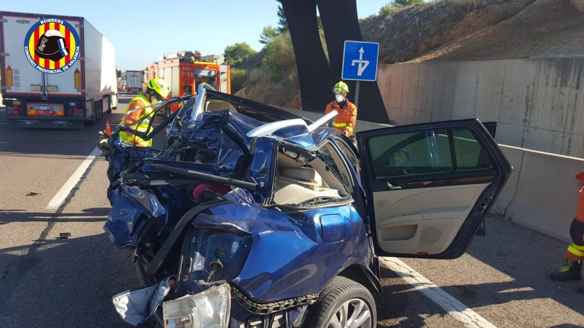 Bomberos intervienen en dos accidentes de tráfico con camiones en la A-7