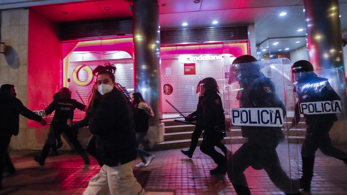 La policía dispersa a varios manifestantes en los disturbios contra la condena a Pablo Hasel, en València.