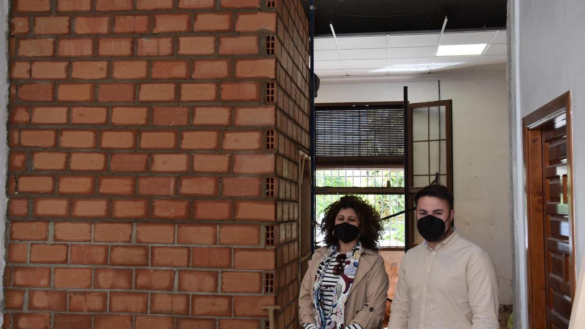 La alcaldesa y el concejal de Seguridad en las obras de la jefatura de Policía Local de Benamejí.