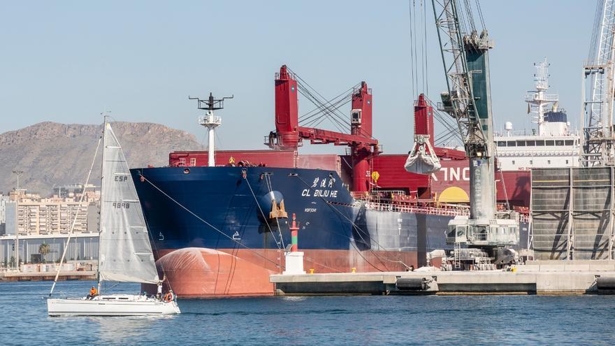 Vecinos y ecologistas piden al Ayuntamiento que retire del puerto la fábrica de betún asfáltico