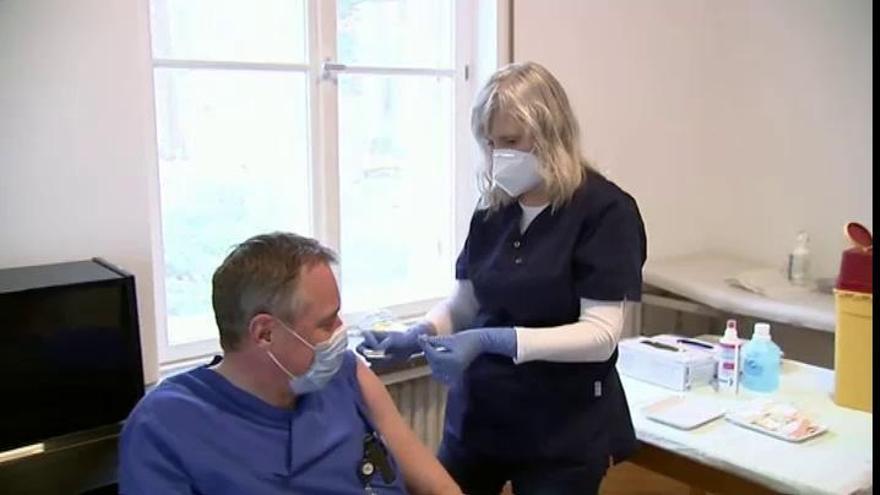 Sanidad estudia no recomendar la vacuna de AstraZeneca en personas mayores