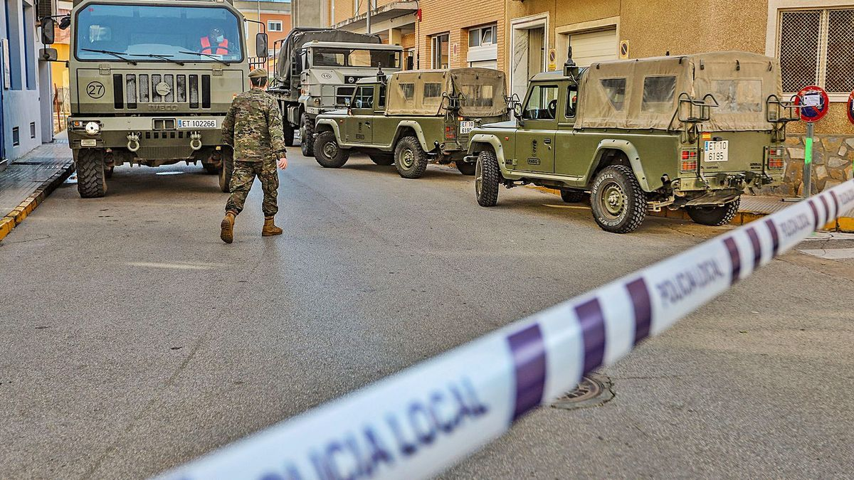 El Ejército desinfecta una residencia de Formentera del Segura tras un brote masivo | TONY SEVILLA