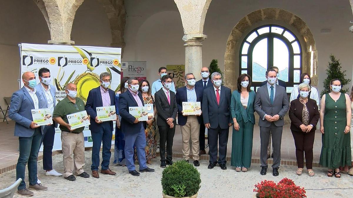 Autoridades y premiadosm en el patio de las Carnicería Reales de Priego.