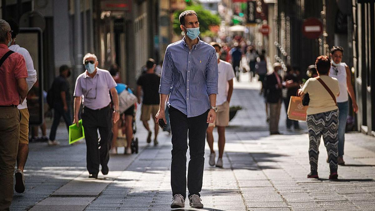 Gente con mascarilla por el centro de Santa Cruz de Tenerife.     ANDRÉS GUTIÉRREZ