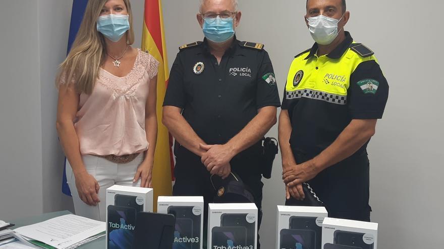 La Junta entrega a la Policía Local dispositivos para mejorar la inspección de los VTC