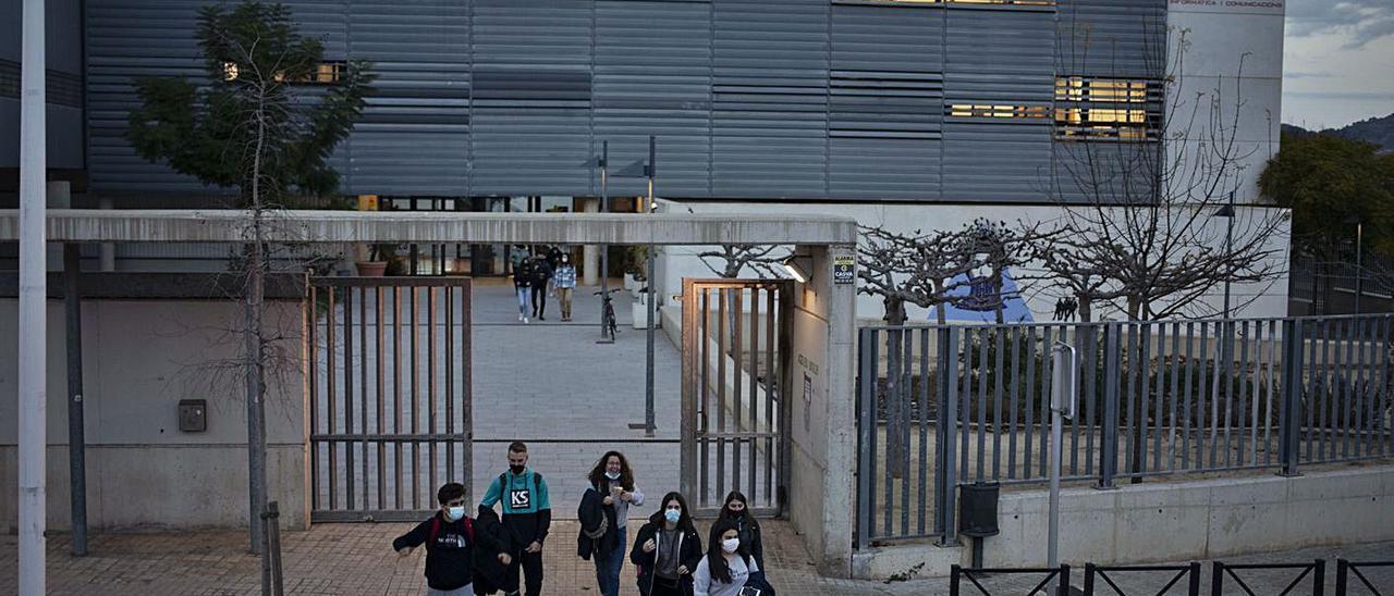Alumnos a la salida del IES Lluís Simarro de Xàtiva, en una imagen de hace unas semanas | PERALES IBORRA