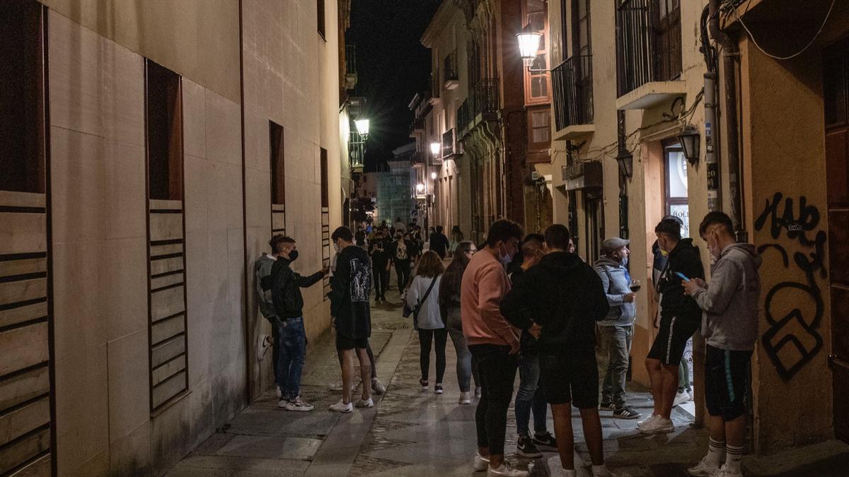 Jóvenes por las calles de Zamora pasadas las 12 horas, ya sin el estado de alarma.