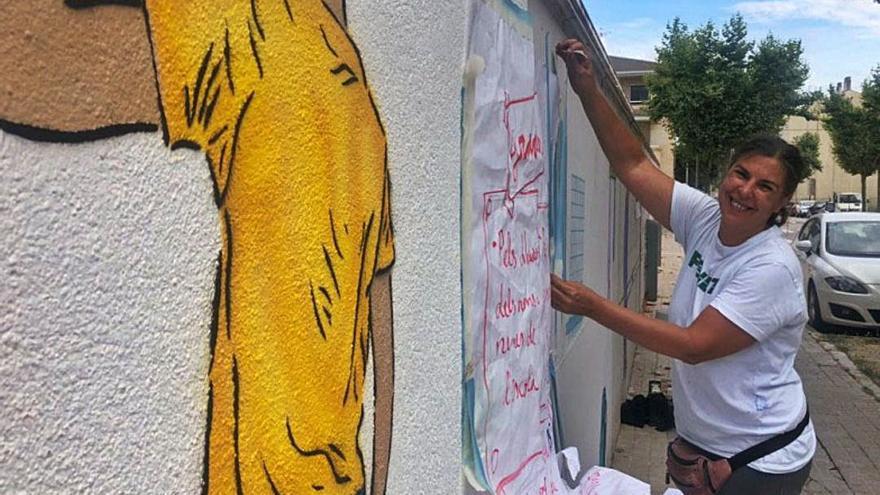 L'artista Núria Martí Ninot pinta un mural col·laboratiu amb l'Escola Alta Segarra i el Casal del Poble de Calaf