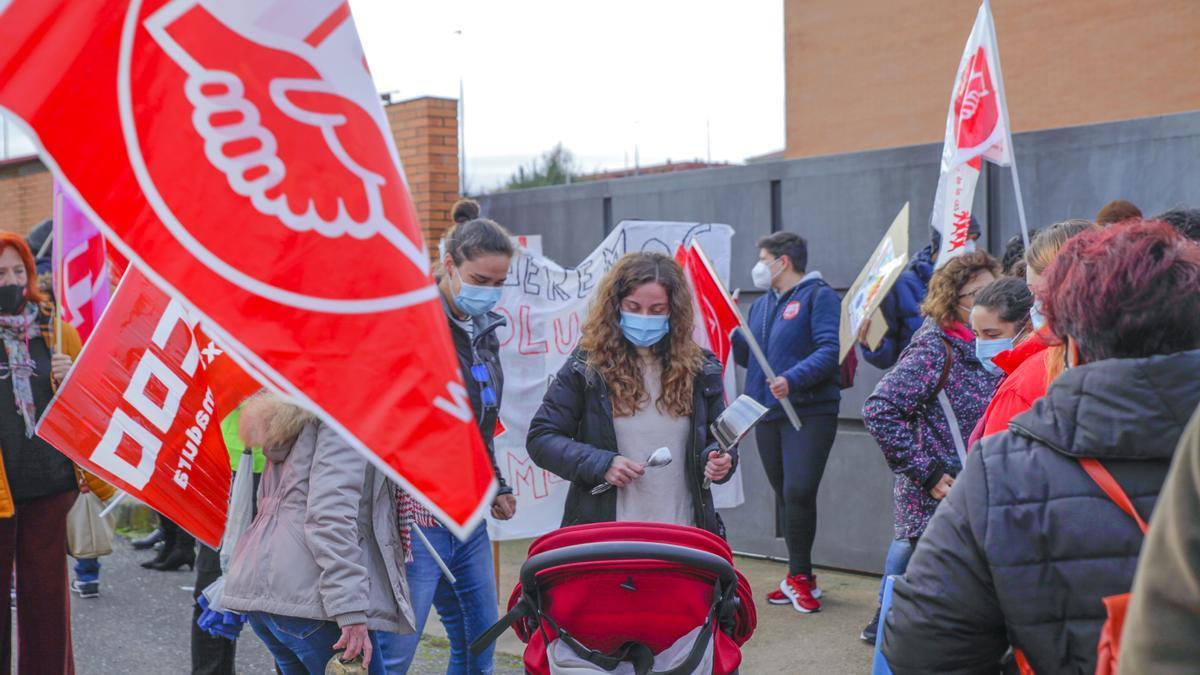 Trabajadores de Feafes en Cáceres se concentran para protestar por los impagos.