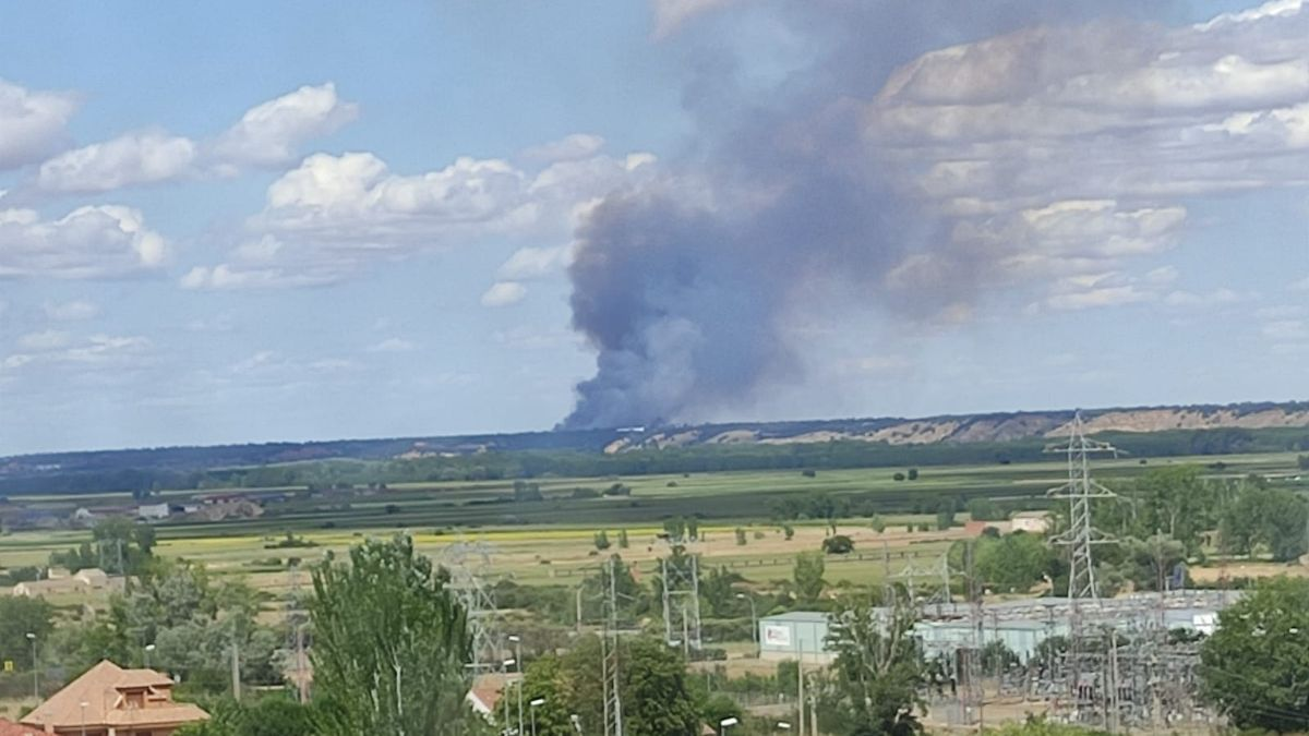El humo del incendio de Valdescorriel, visto desde Benavente.