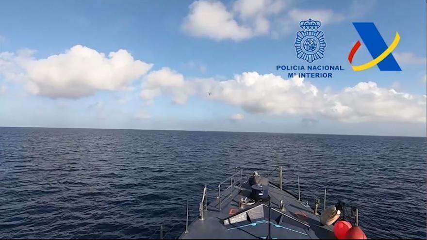 Detienen en la costa de Alicante a cinco tripulantes de una narcolancha cargada con dos toneladas de hachís