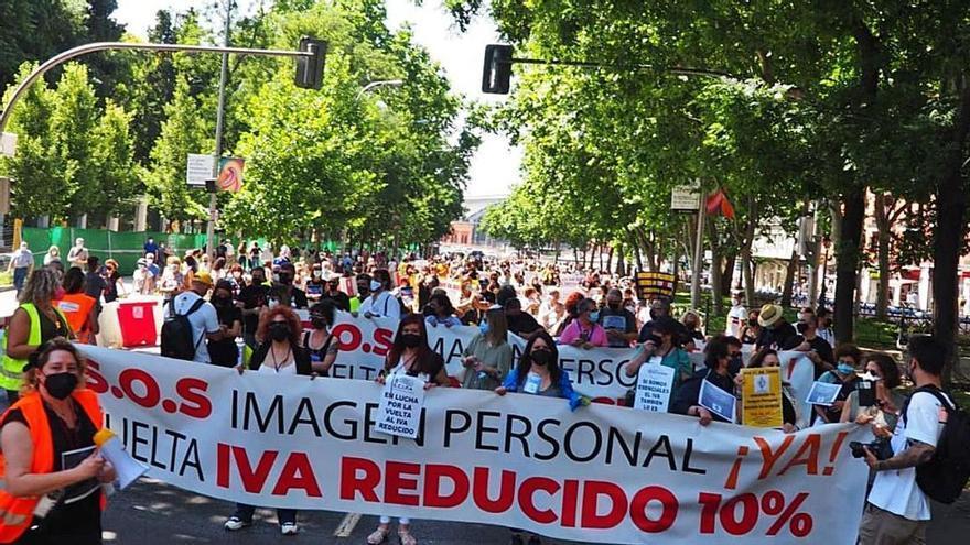 Un centenar de peluqueros asturianos reclaman en Madrid un recorte del IVA