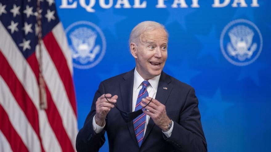 Biden firma un documento para reclamar la igualdad salarial con Megan Rapinoe