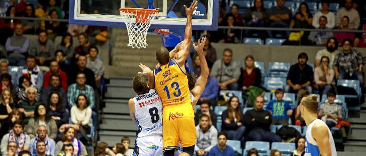 Eulis Báez trata de pelear por un rebote en Fontes do Sar.