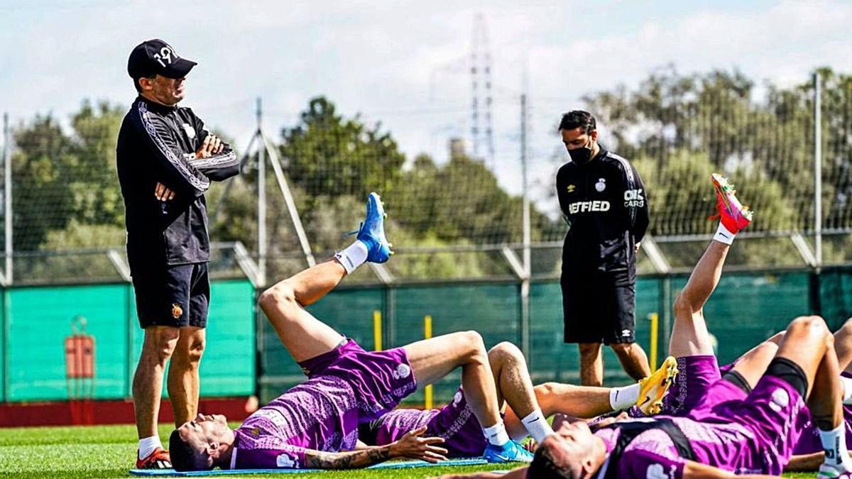 Luis García observa a sus jugadores en Son Bibiloni.  | RCDM