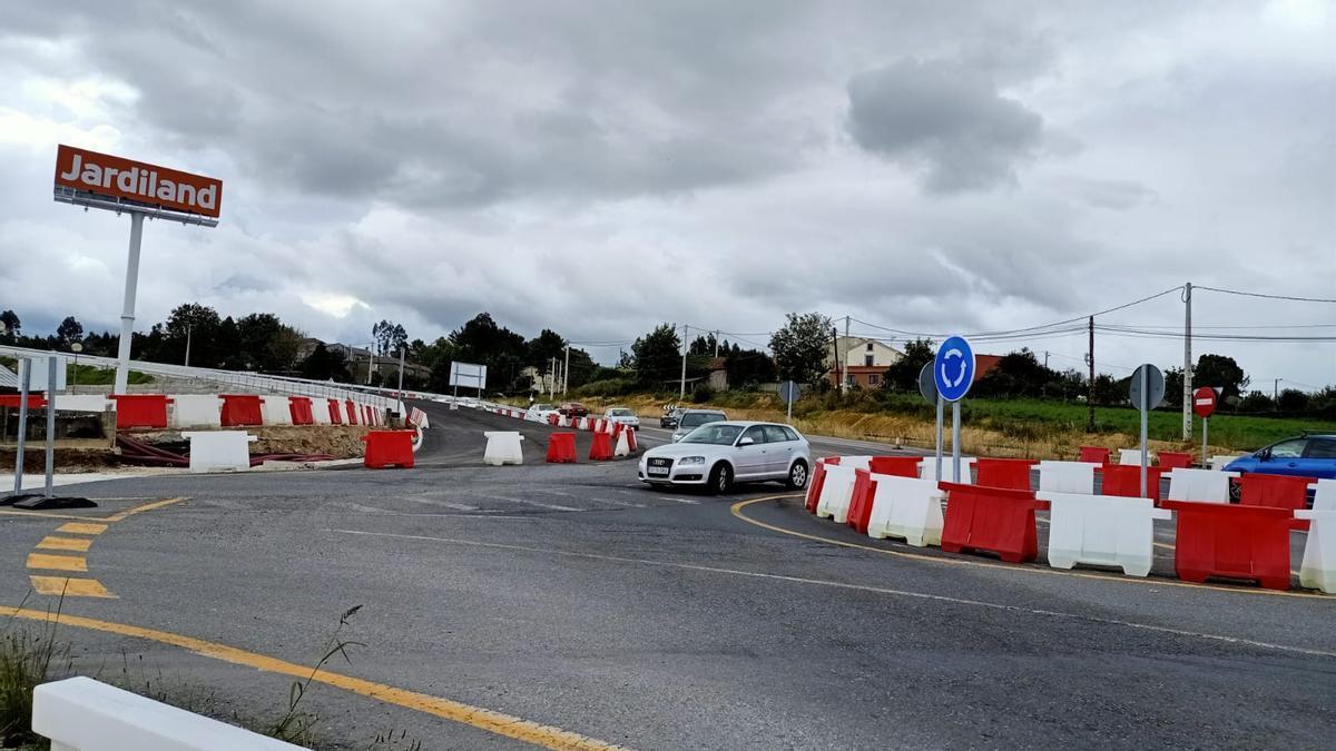 Ni máquinas en funcionamiento ni operarios hoy en la zona en obras de la vía ártabra en Oleiros.
