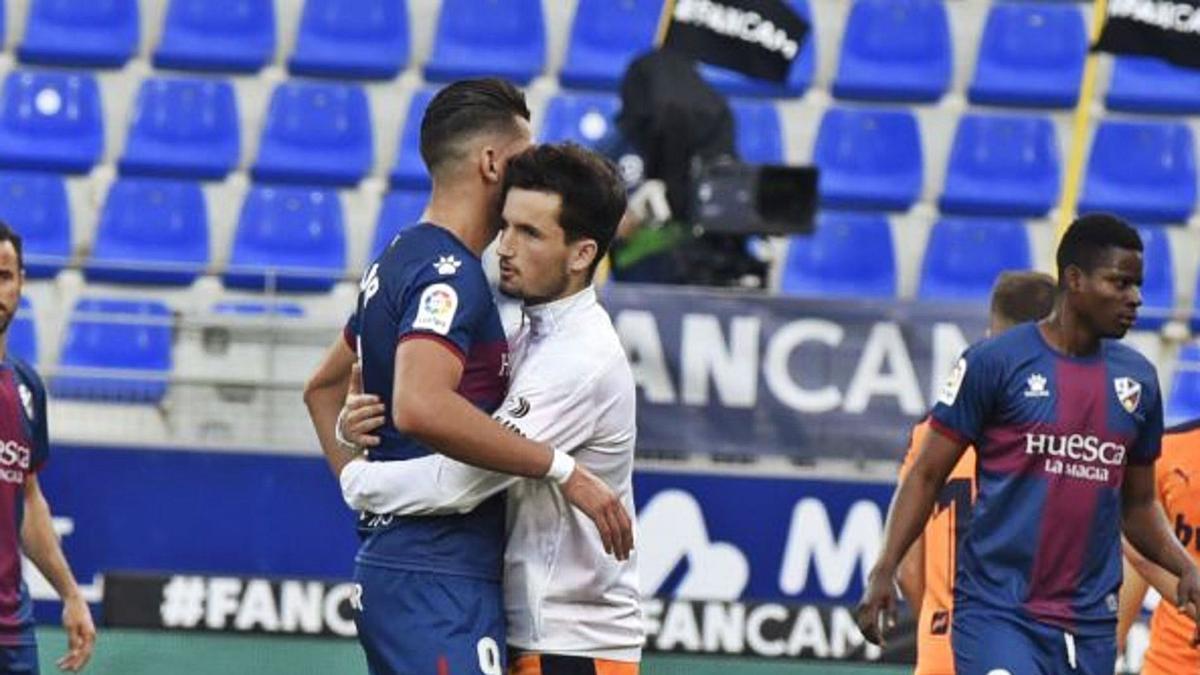Huego Guillamón consuela al exvalencianista Rafa Mir tras consumarse el descenso del Huesca. | LALIGA