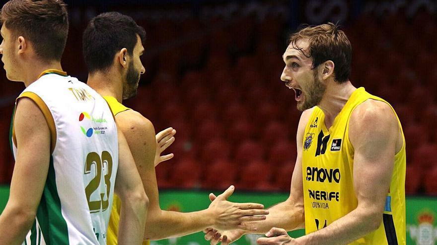 Cavanaugh y Rodríguez se felicitan tras una canasta en el partido de ayer.