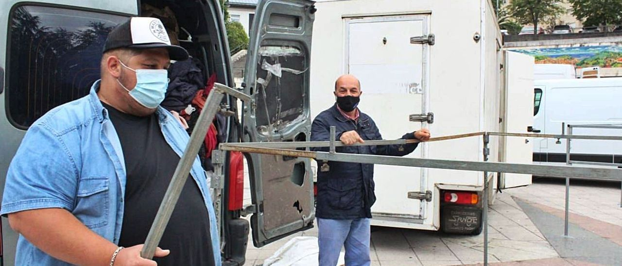 Vendedores ambulantes del mercadillo semanal de Candás, montando sus puestos. | P. Fernández