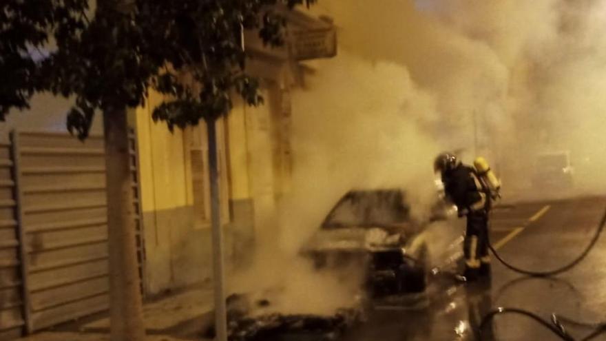Incendio de un coche y un contenedor en Arenales