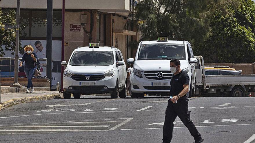 Los taxistas reclaman más control para frenar el instrusismo en la Isla