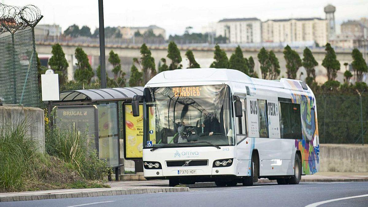 Un autobús de la línea entre Meicende y Arteixo.
