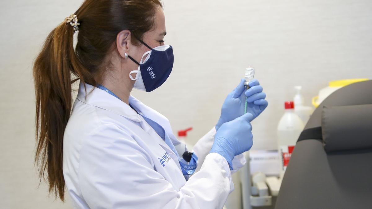 Una enfermera prepara la vacuna contra la covid.