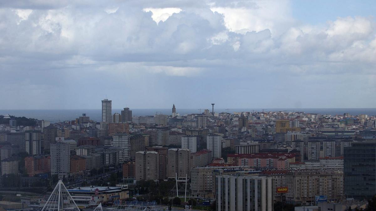 Vista de A Coruña bajo un cielo con algunas nubes.
