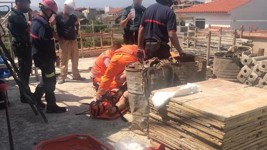 Hospitalizan a un obrero tras caer desde varios metros en Vilanova d'Alcolea