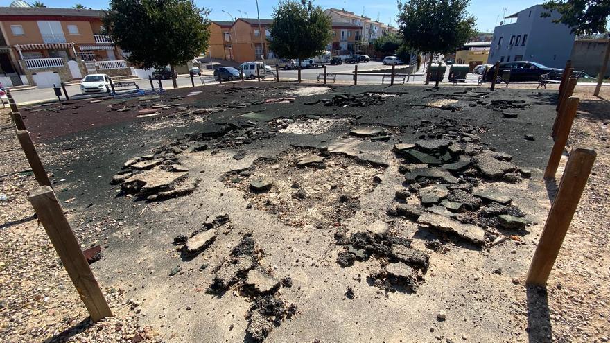 Desmontan un parque infantil en el Cerro de Reyes por el vandalismo