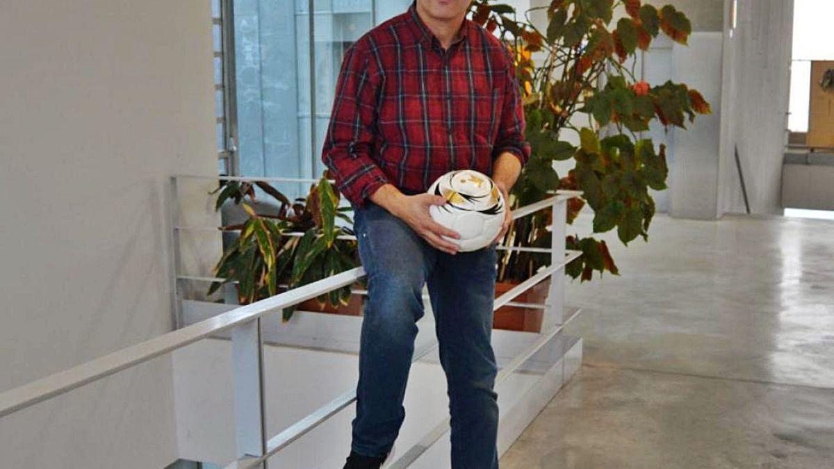 El catedrático Carlos Lago sujeta un balón.