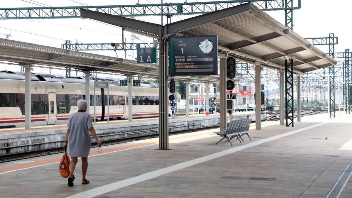 Andenes de la estación de tren de Santiago de Compostela.