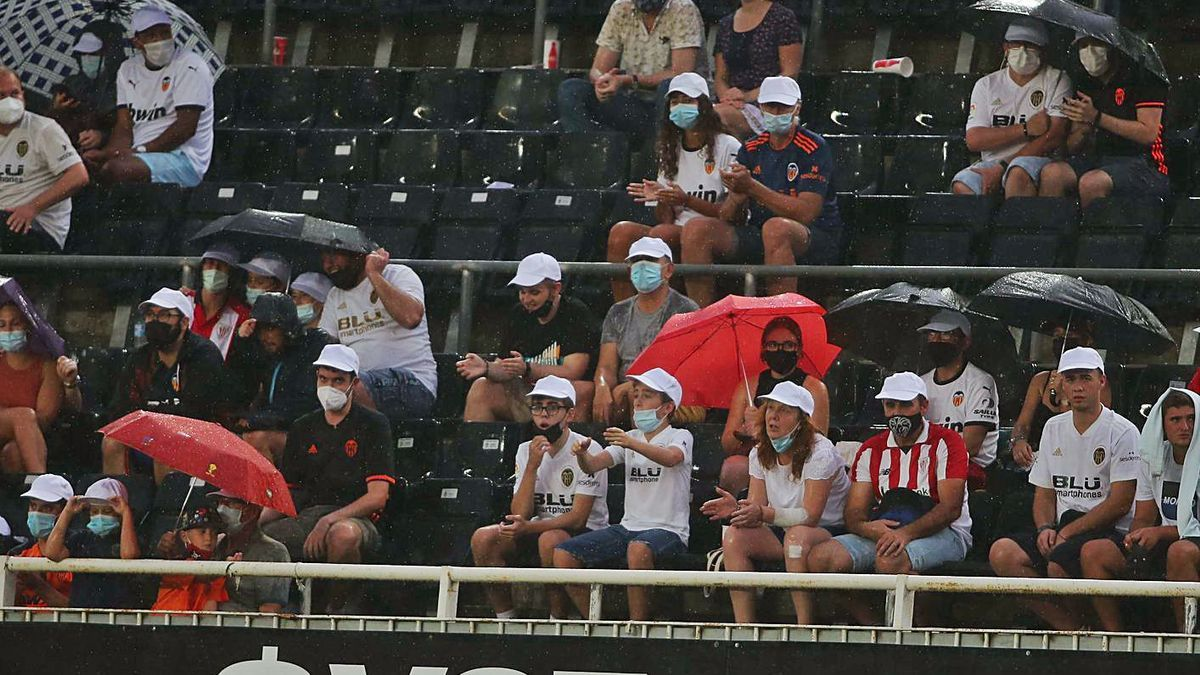 Imagen de las gradas en los últimos minutos del Valencia-Athletic. | FRANCISCO CALABUIG