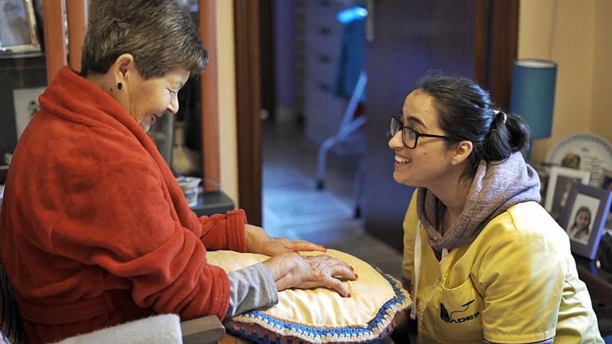 El personal de ayuda en el hogar de Tomiño recibe la primera dosis de la vacuna