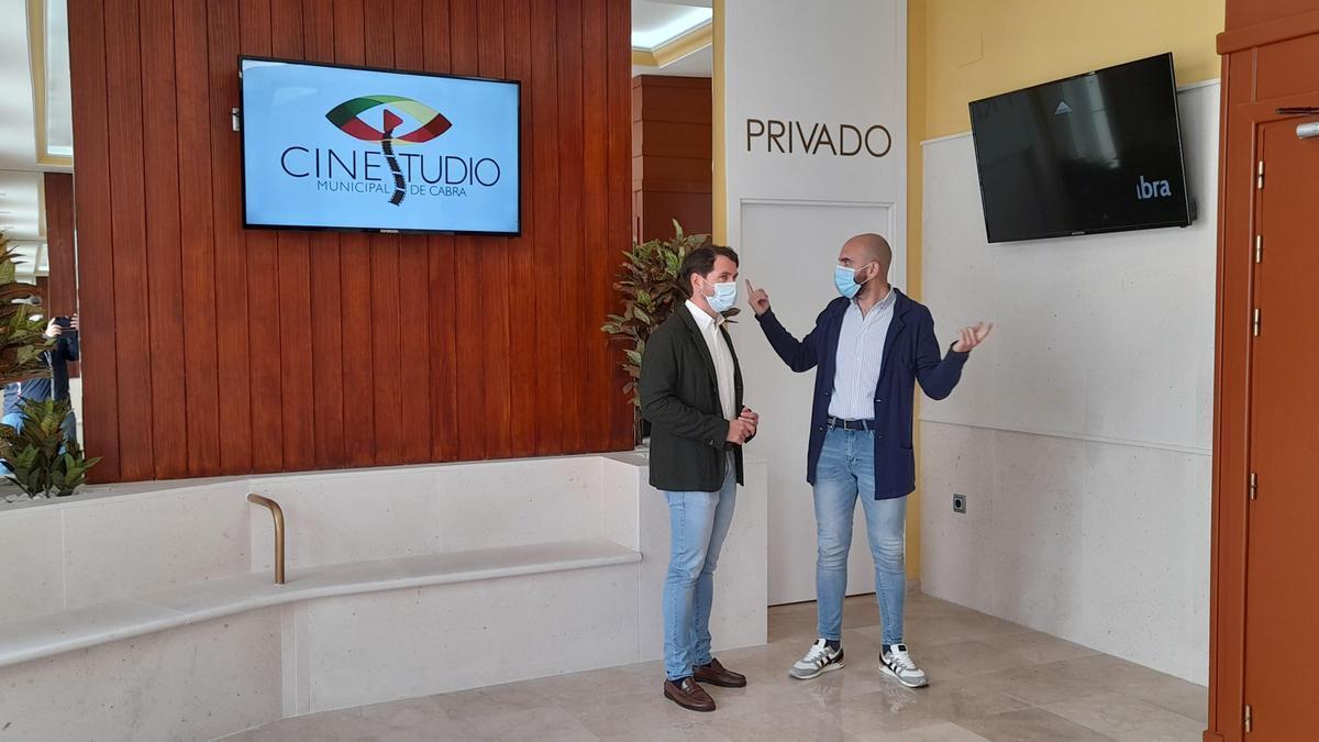 Fernando Priego y Ángel Moreno, durante la visita al Cinestudio de Cabra.