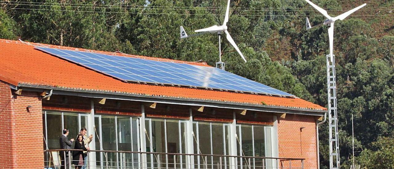 Placas solares en la Cofradía de Bustio. | LNE