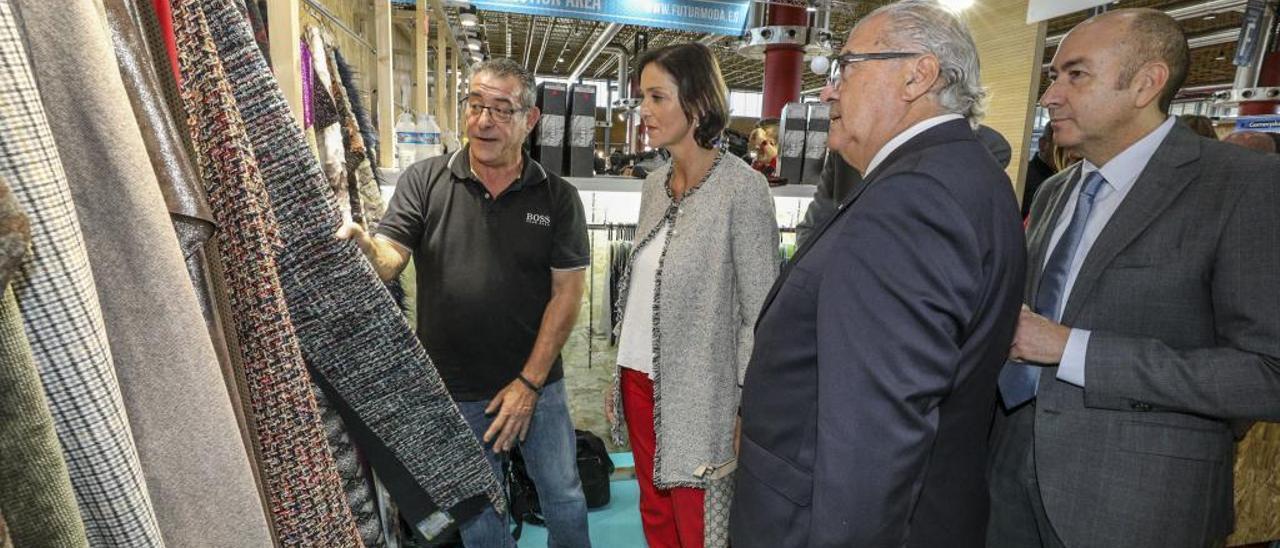 La ministra de Industria en funciones, Reyes Maroto, visitando un expositor de tejidos en Futurmoda, ayer.