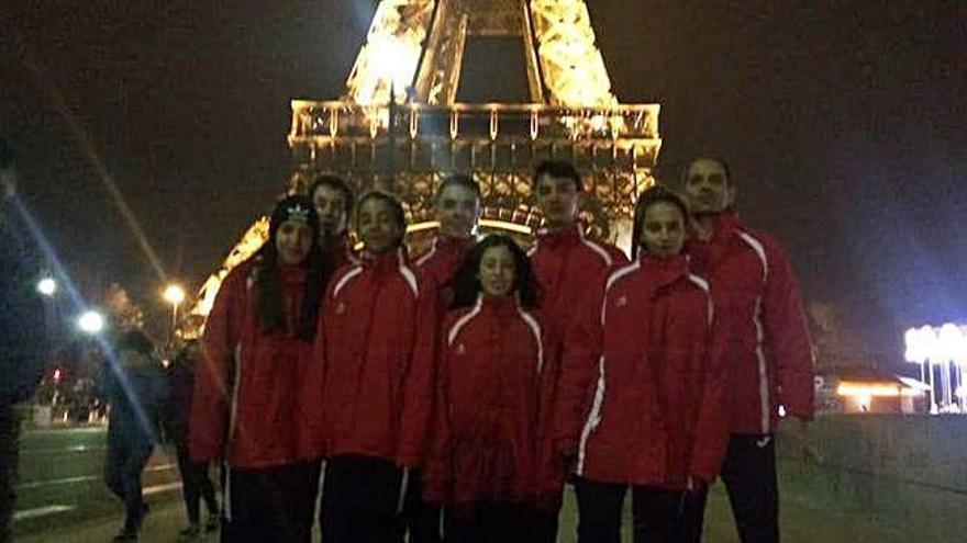 Los benaventanos posan ante la Torre Eiffel.