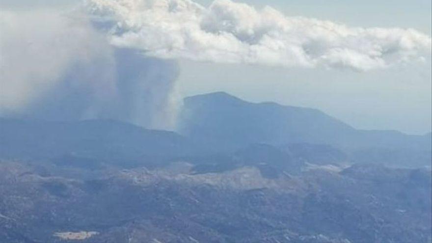 Retiran a los efectivos de tierra del incendio de Málaga por una nube de fuego