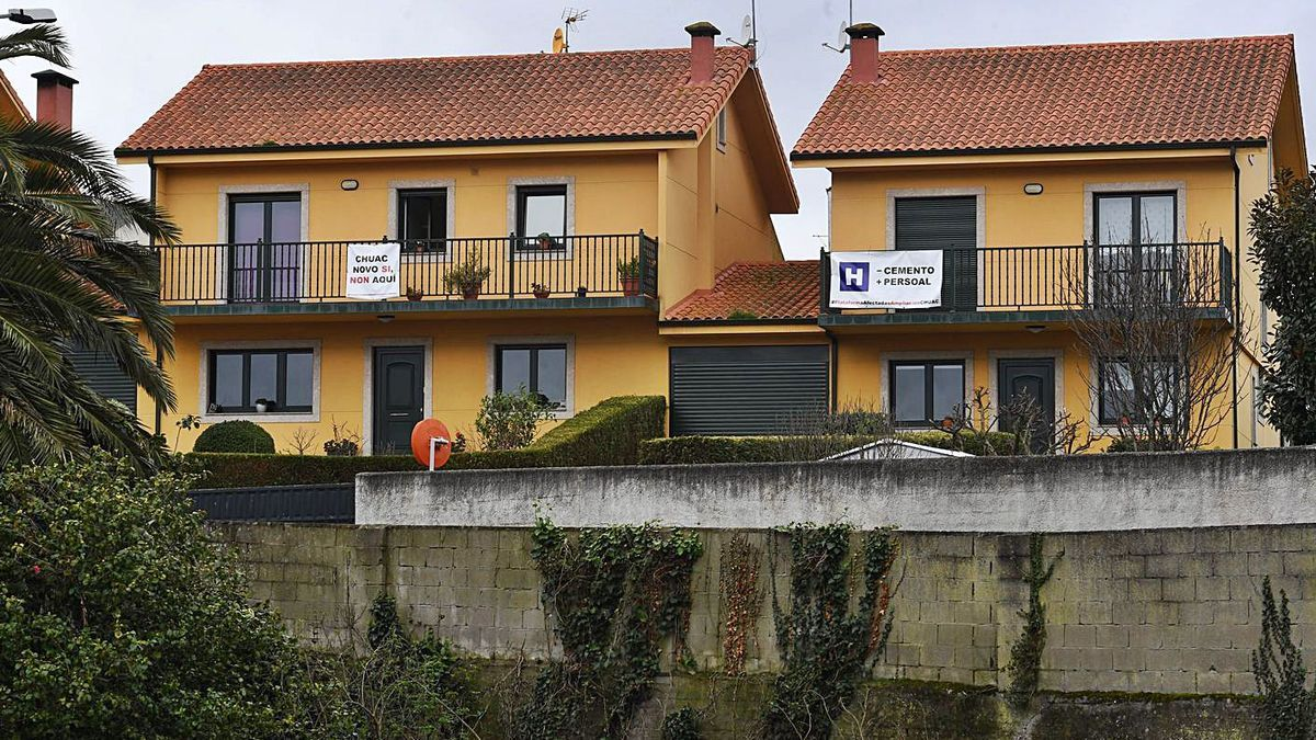 Viviendas situadas junto al hospital, con carteles en contra de su ampliación.