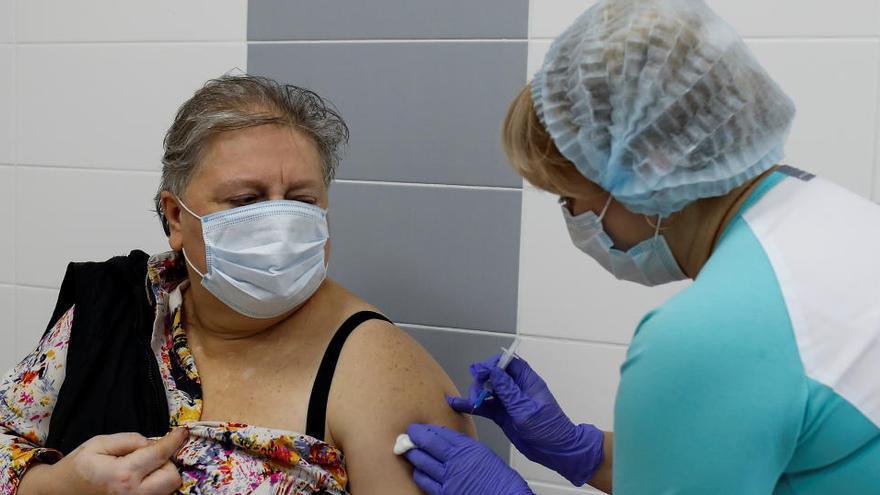 """La OMS planea """"certificados de vacunación electrónica"""" para poder viajar"""