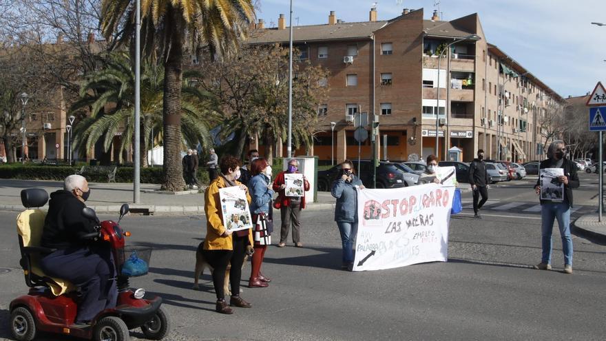 Los vecinos de Las Moreras cortan de nuevo la avenida de Trassierra para reivindicar mejoras para el barrio
