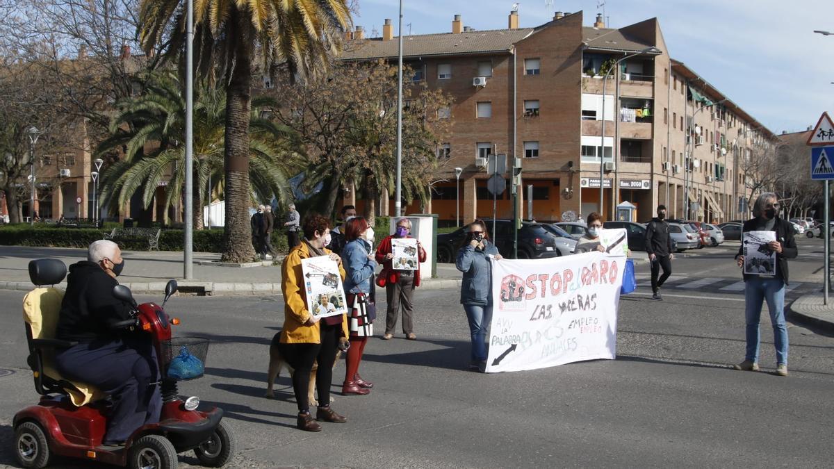 Protesta de vecinos del barrio de Las Moreras, que han cortado la carretera de Trassierra.
