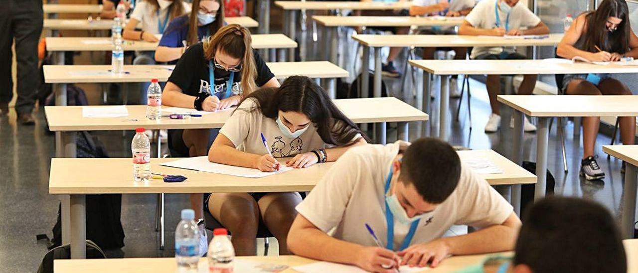 Examen de Selectividad con las medidas de protección y distancia social, en un instituto de Elche. ANTONIO AMORÓS