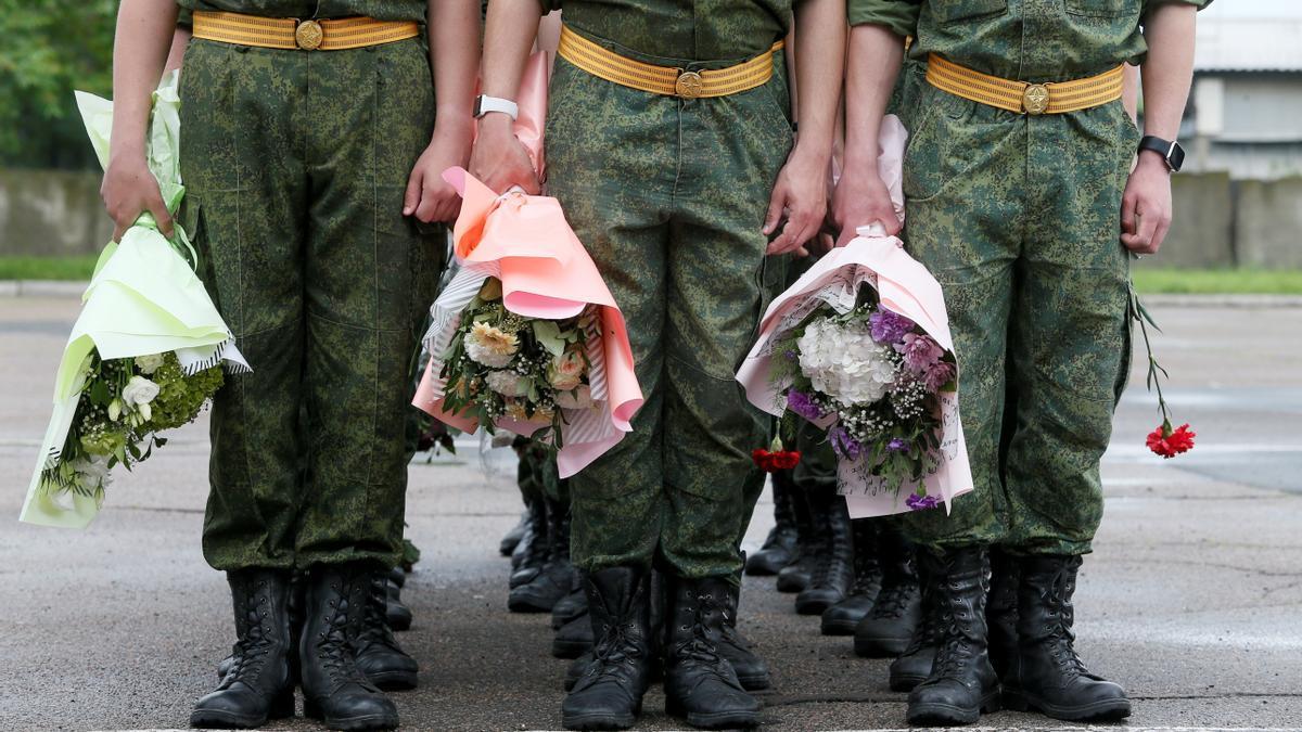 Cadetes de una academia militar sostienen flores durante una ceremonia de graduación en la ciudad de Donetsk, Ucrania, controlada por los rebeldes