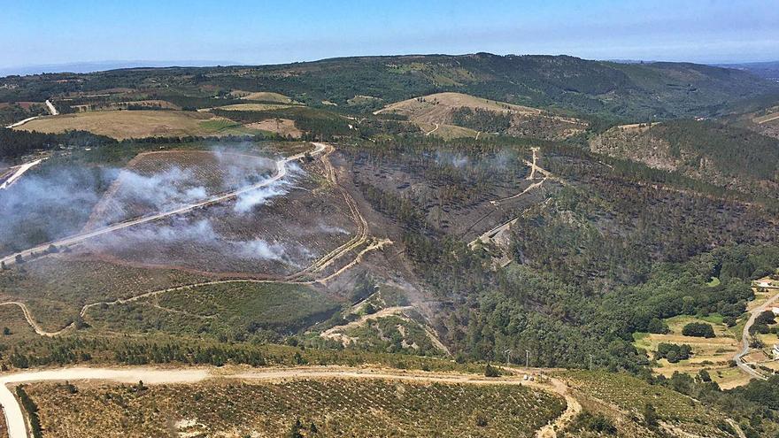 Extinguido el incendio forestal de Rois, que afectó a 25 hectáreas