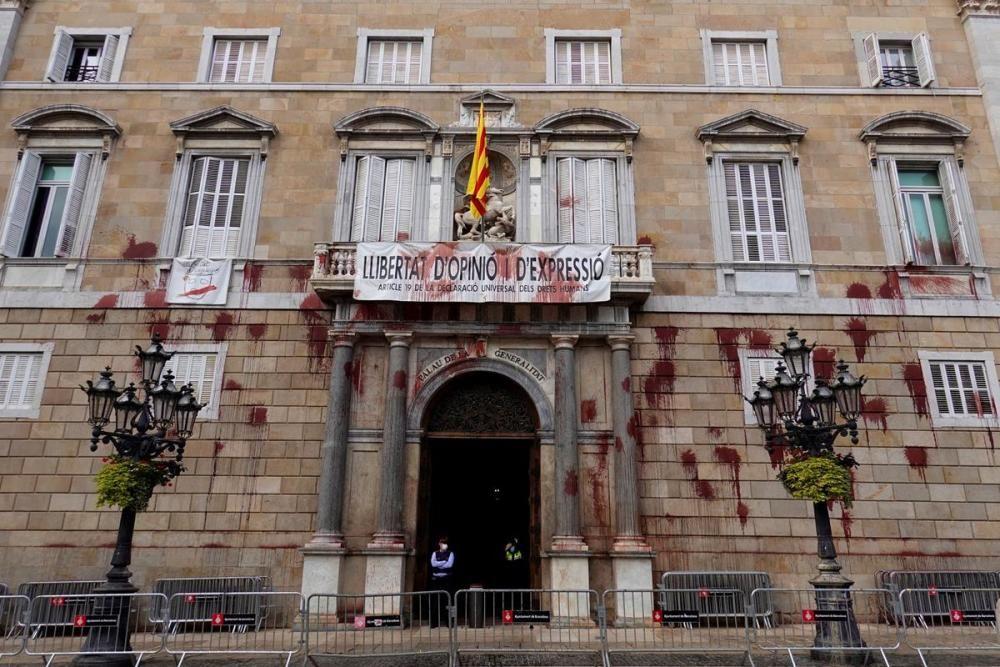 Llencen pintura a la façana de la Generalitat contra el tancament de la restauració